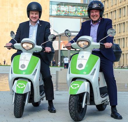 Testen die E-Roller der Stadtwerke Gütersloh: Bürgermeister Henning Schulz (l.) und Stadtwerke-Geschäftsführer Ralf Libuda.