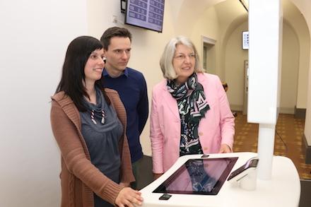 Bürgermeisterin Ilona Friedrich (r.) testet mit Nadine Glebe und Stefan Knabe das neue Selbstbedienungsterminal im Bürgerbüro.