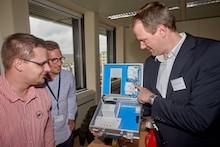 BTC-Experte Thomas Suding (r.) erläutert im Workshop mit enm den Einsatz der Hardware-Komponenten und ihre Funktionen in der CLS-Teststellung.