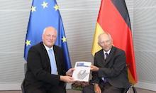 Der Bundesbeauftragte für den Datenschutz und die Informationsfreiheit (BfDI), Ulrich Kelber (l.) übergibt den 27. Tätigkeitsbericht an den Präsidenten des Deutschen Bundestages, Dr. Wolfgang Schäuble.