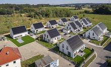 Die Gebäude der Siedlung sind jeweils mit einer Photovoltaikanlage, einer Luft-Wasser-Wärmepumpe und thermischem Wasserspeicher sowie Batteriespeicher ausgestattet.