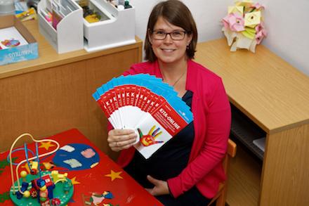 Jugendamtsmitarbeiterin Anna Mottlau präsentiert die Infobroschüren zum Portal Kita-Online im Kreis Viersen.