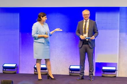 Susanne Diehm übergibt beim SAP Infotag Public Services in Stuttgart den Staffelstab an den neuen Leiter Public Services, Nikolaus Hagl.