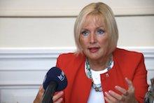 Hessens Digitalministerin Kristina Sinemus stellt Fünf-Punkte-Arbeitsprogramm vor.