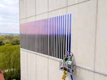 Neuartige Solarfolie soll zusätzliche Potenziale zur Stromerzeugung aus Photovoltaik auf Fassadenflächen erschließen.