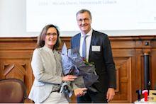 Nicole Dorel, Pressesprecherin der Hansestadt Lübeck, erhält von Ernst Bürger, BMI, den 115-Preis für Presse- und Öffentlichkeitsarbeit.