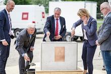 Dolleren: In den Grundstein des neuen Heizkraftwerks wurde eine Zeitkapsel eingemauert, die neben einer Zeichnung des Objekts auch die aktuelle Tageszeitung beinhaltet.