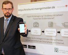 Stralsund: Ordnungsamtsleiter Heino Tanschus präsentiert den neuen Mängelmelder.