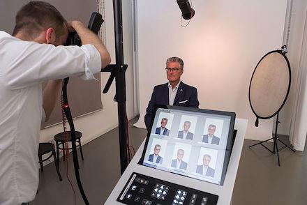 Beim digitalen Foto-Service der Stadt Düsseldorf wird zunächst ein Passfoto erstellt, bevor der Fotograf die biometrische Eignung des Bildes prüft.