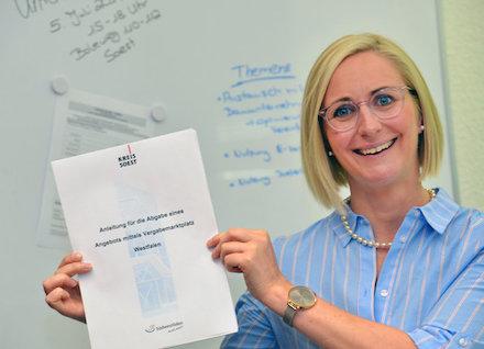 Martina Dierks, Abteilungsleiterin Organisationsentwicklung und Zentrale Vergabestelle, lädt Bauunternehmen zur Informationsveranstaltung über die digitale Angebotsabgabe im Kreis Soest ein.