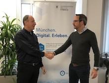 Thomas Bönig (l.), CDO der Stadt München, und Maximilian Kruschewsky, letterscan, bei der Domain-Übergabe von www.muenchen.digital.