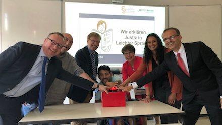 In der Fachhochschule für Rechtspflege Nordrhein-Westfalen hat Justizminister Peter Biesenbach Web-Inhalte in Leichter Sprache für die Amts- und Landgerichte freigeschaltet.