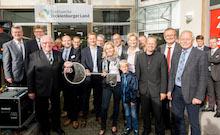 Historischer Moment für die Stadtwerke Tecklenburger Land: Der damalige Aufsichtsratsvorsitzende Heinz Steingröver (vorne, l.) und Mettingens Bürgermeisterin Christina Rählmann überreichen im Jahr 2014 den Schlüssel zum Vertriebszentrum.