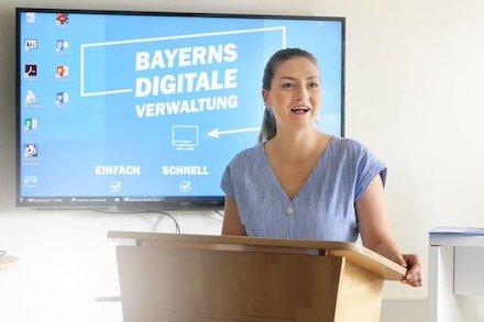 Bayerns Digitalministerin Judith Gerlach schaltet erste, im Digitallabor entwickelte Online-Services frei.