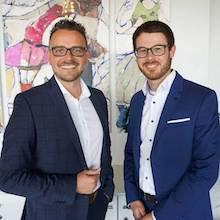 Pforzheim: Oberbürgermeister Peter Boch (l.) gratuliert dem neuen Digitalisierungsbeauftragten Kevin Lindauer.