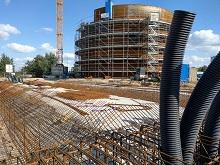 Der Kurzzeitwärmespeicher wird nach Fertigstellung 36 Meter hoch sein und 23.000 Kubikmeter Fernwärmewasser mit einer maximalen Speichertemperatur von 99 °C fassen.