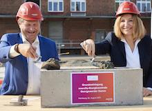 Hamburgs Umweltsenator Jens Kerstan und die enercity-Vorstandsvorsitzende Susanna Zapreva legen den Grundstein für die neue Energiezentrale.