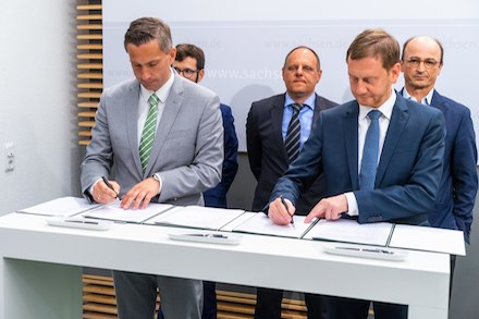 Wirtschaftsminister Martin Dulig (l.) und Ministerpräsident Michael Kretschmer unterzeichnen den Pakt für zukunftssichere Mobilfunknetze in Sachsen.