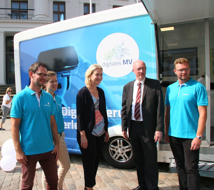 Mecklenburg-Vorpommerns Ministerpräsidentin Manuela Schwesig und Digitalisierungsminister Christian Pegel stellten das neue DigiMobil der Landesregierung vor.