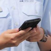 Innenminister Thomas Strobl (l.) gibt den Startschuss für die neue mSB-App zur mobilen Sachbearbeitung bei der Polizei Baden-Württemberg.