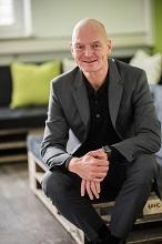 Thomas Gläßer, Geschäftsführer der Stadtwerke Lindau und Beiratsvorsitzender des Trianel Digital Lab, unterzeichnete den Fortführungsvertrag.