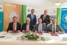 Vertragspartner unterzeichnen die Zuwendungsverträge für weitere 13 Projektgebiete im Landkreis Ludwigslust-Parchim.