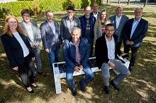 Christian Schröder (4. von links) gratulierte den Gewinnern des Smart-City-Wettbewerbs.
