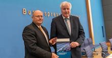 BSI-Präsident Arne Schönbohm (l.) und Bundesinnenminister Horst Seehofer stellen den Lagebericht zur IT-Sicherheit in Deutschland 2019 vor.