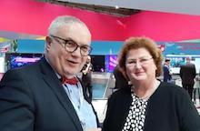 Hans-Henning Lühr, Vorsitzender des IT-Planungsrats, beglückwünscht Annette Schmidt zu ihrer Ernennung als FITKO-Präsidentin.