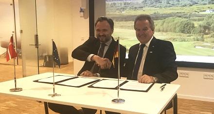 """Umwelt- und Energieminister Franz Untersteller (rechts) und der dänische Minister für Energie und Klima, Dan Jørgensen, unterzeichnen in Kopenhagen eine neue """"Declaration of Intent""""."""