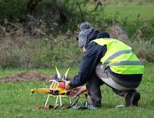 Firefly-Warnmarker werden per Drohne installiert.