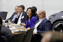 Katherina Reiche, Hauptgeschäftsführerin VKU und Thomas Ulbrich, Vorstand E-Mobilität der Marke Volkswagen, beim Gespräch in Wolfsburg.