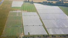 Der Solarpark Barth 5 westlich von Stralsund wurde von BayWa r.e. realisiert und von der UmweltBank finanziert.