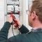 WNG-Mitarbeiter Karl-Kristian Rost führt eine letzte Prüfung an der Schaltbox des intelligenten Messsystems durch, installiert in den Zählerschrank des Kunden.