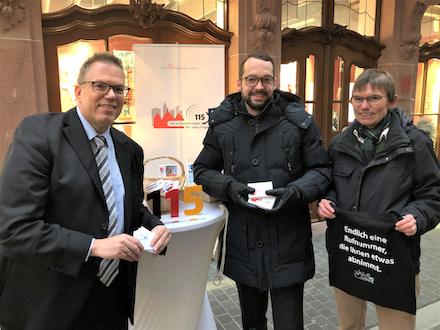 Frankfurt am Main: Werbung für die zentrale Behördenrufnummer 115.