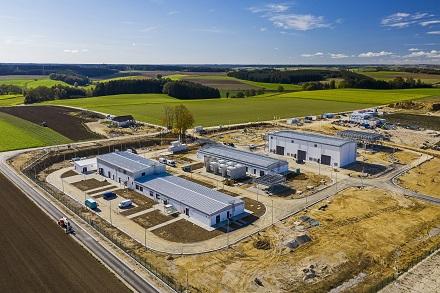 Betriebsgebäude, Elektro-Gebäude, Verdichterhalle und Gaskühler (von links nach rechts) der Verdichterstation Wertingen.