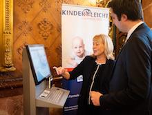 """Auf der Pressekonferenz zu Hamburgs neuer Digitalstrategie wurde unter anderem das Projekt """"Kinderleicht zum Kindergeld"""" vorgestellt."""