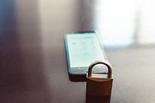 Wer sensible Daten über ein handelsübliches Smartphone ohne entsprechende Schutzmechanismen weitergibt, riskiert abgehört oder gehackt zu werden.