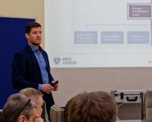 Niklas Vath, Energiemanager des Kreises Viersen, informierte Vertreter anderer Kommunen über die Arbeit mit einem Energie-Managementsystem.