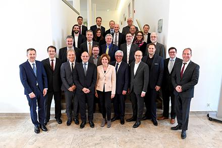Ministerpräsidentin Malu Dreyer (vorne, Mitte) präsentierte bei der dritten Sitzung des Netzbündnisses für Rheinland-Pfalz die neue Gigabit-Strategie.