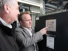 v.l.: Eckhardt Schmerberg (Haus-Technik Becker) und Thorsten Thierbach (Buderus) haben am BHKW-Schaltschrank alles im Blick.