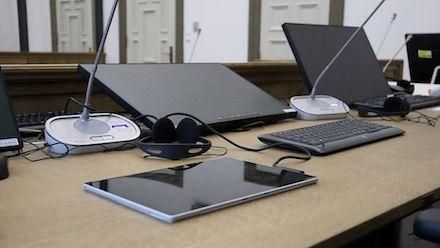 Hamburg: Gerichtssäle verfügen über Computer mit Touchscreens und Tablets, mit denen die Richter jedes Gerät einzeln bedienen und steuern können.