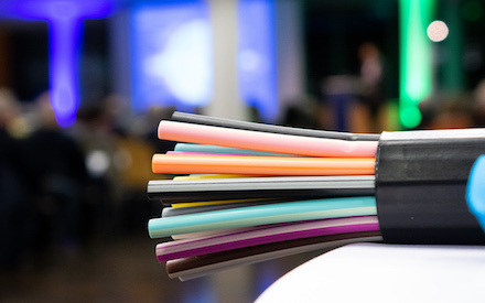 Glasfaser-Kabel: Bis Mitte 2021 werden in München rund 70.000 weitere Wohn- und Gewerbeeinheiten ans Glasfasernetz angeschlossen.
