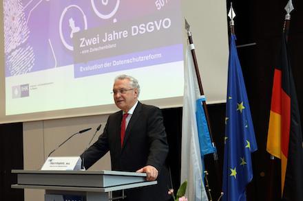 """Bayerns Innen- und Datenschutzminister Joachim Herrmann bei der Konferenz """"Zwei Jahre DSGVO""""."""