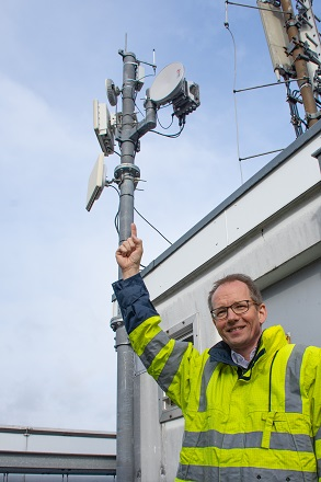 Holger Rost, Geschäftsführer Stadtwerke Bochum Netz, präsentiert auf dem Dach des Energieversorgers am Ostring die Funkantenne mit dem LoRaWAN-Gateway.