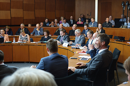 Flensburger Ratsversammlung nutzt mobile Geräte.