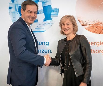 Dieter Ludwigs und Simone Hessel besiegeln die Smart-Metering-Kooperation zwischen regio iT und rku.it.