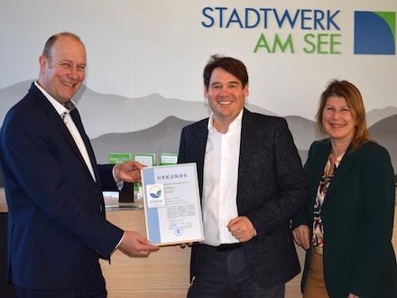 Stefan Kesenheimer von der IHK Bodensee-Oberschwaben (links) überreicht das Zertifikat an Stadtwerk-am-See-Geschäftsführer Alexander-Florian Bürkle und die EMAS-Beauftragte Anita Köster.