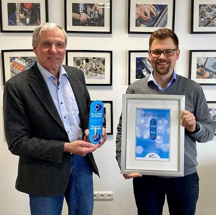 Claus Heinrich Stahl (l.), Präsident des B.KWK, verleiht die ersten Zertifikate für Blauen Strom und Blaue Wärme an Andreas Weigel, Geschäftsführer von KW Energie.