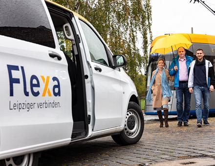 Pilotangebot Flexa informiert den Kunden über buchbare intermodale Wege zwischen dem ÖPNV und den Flexa-Bussen.